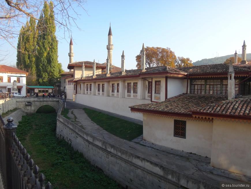 Приехали мы в Бахчисарай на электричке из Севастополя, оставив  вещи в отеле, сразу отправились в Ханский дворец.