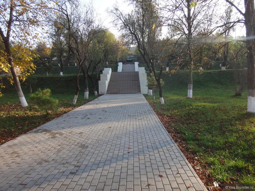 Расположено здесь и братское кладбище погибших во Второй Мировой Войне.