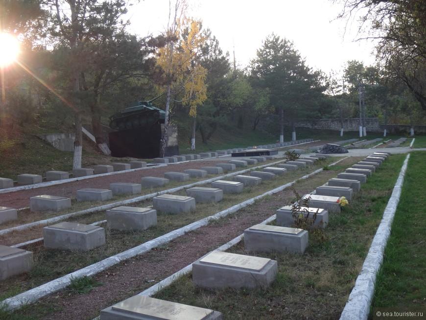 В апреле - мае 1944 г. в Бахчисарайском дворце размещался военный госпиталь. Умерших от ран хоронили рядом с территорией музея.