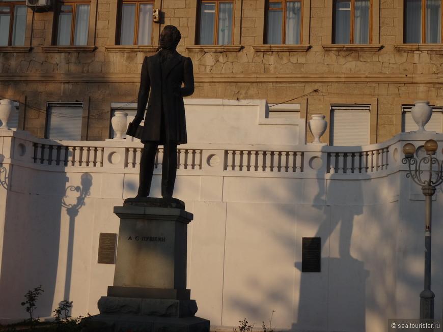 Памятник А.С. Пушкину, слева от памятника кафе с недорогими и вкусными местными блюдами.
