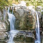Маленькие ручейки превращаются в маленькие водопады