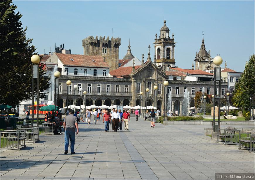 Площадь Республики, соединяющая старый и новый город. Здесь находятся церковь Лапа, Аркады и туристический офис.