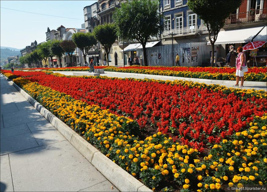 В городе очень много цветов, клумб, скверов.