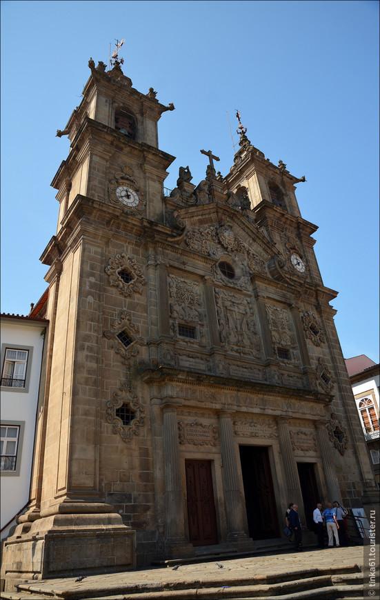 Церковь Санта Крус, 17 век, стиль - барокко и маньеризм. Считается, что у этой церкви самый красивый фасад изо всех церквей Браги.