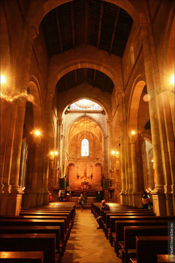 Собор был построен на рубеже 11 и 12 веков по инициативе Генриха Бургундского на месте раннехристианской базилики.