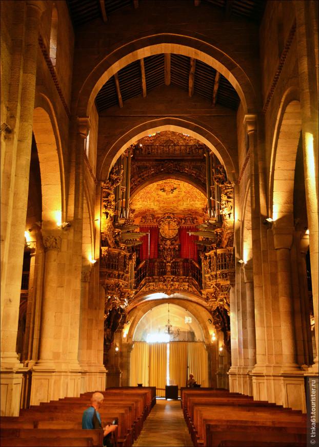 Перегруженный барочный стиль на фоне скромных готических интерьеров.