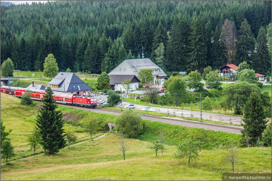 жд станция, от которой рукой подать сразу до 2-х городкаов горнолыжного курорта Фельдберг. Это до Альтгласхюттен и до Фалькау. Откуда, собственно и делалось это фото - из окна отеля, в которм мы жили: http://www.tourister.ru/world/europe/germany/city/fel_dberg-baden-vjurtemberg/hotels/303998/response/5470