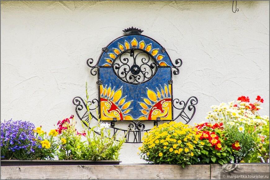 украшение на стене одного из домиков