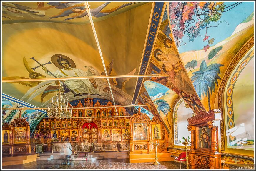 Петропавловский собор. Никогда еще мы не видели, чтобы на стенах православного собора были изображены пальмы, солнце и песок!