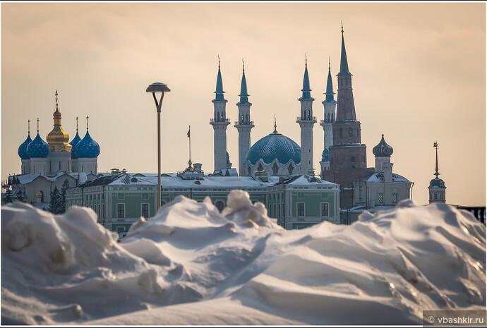 Вид Кремля из сугробов.