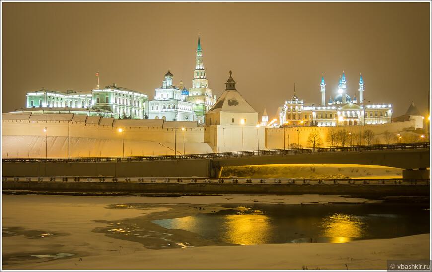 Вид на Кремль с Кремлевской дамбы. Холодно было жутко! Хорошо, что у нас в отеле была сауна! ))