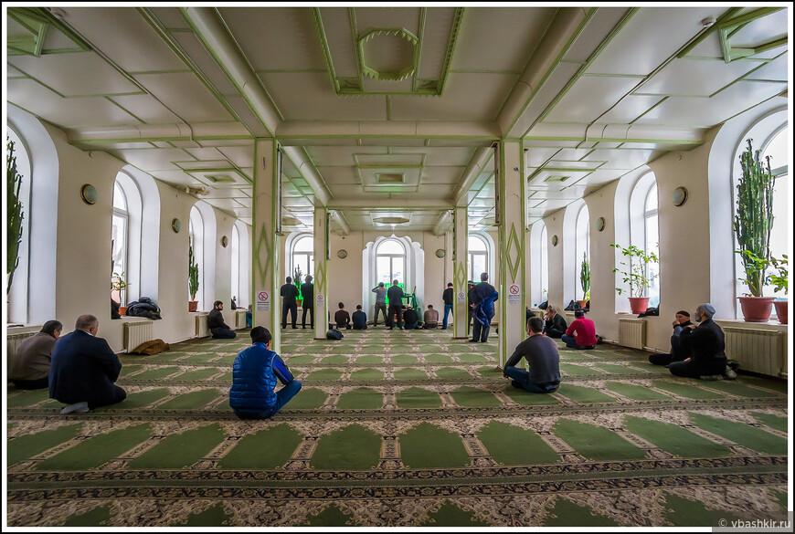 """Султановская мечеть. """"Но у нас сейчас намаз"""", - сказал нам служитель на входе. Мы уже смирились, что нас не пустят. """"Если вам будет интересно, проходите"""". Муэдзин обладал просто невероятным голосом!"""