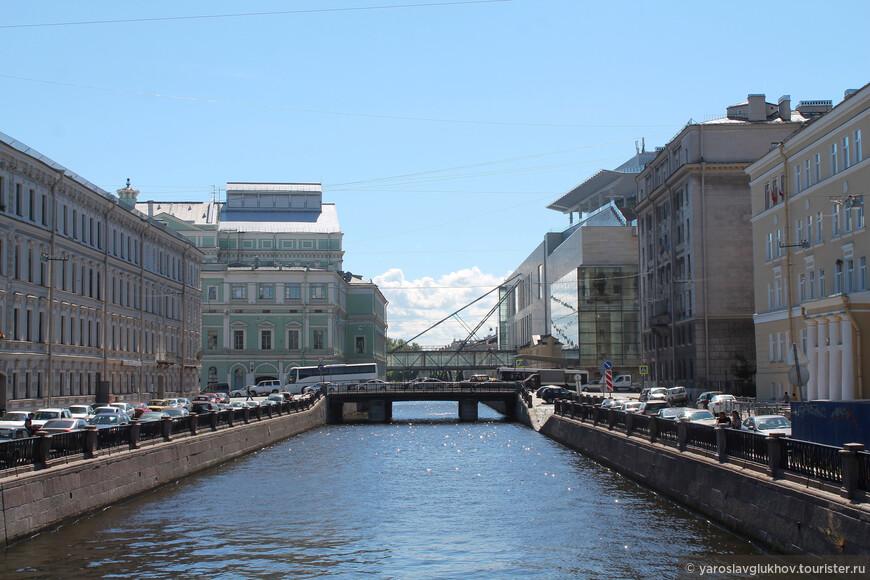Вид на Крюков канал с Матвеева моста. Слева виден Мариинский театр, справа — Мариинский-2.