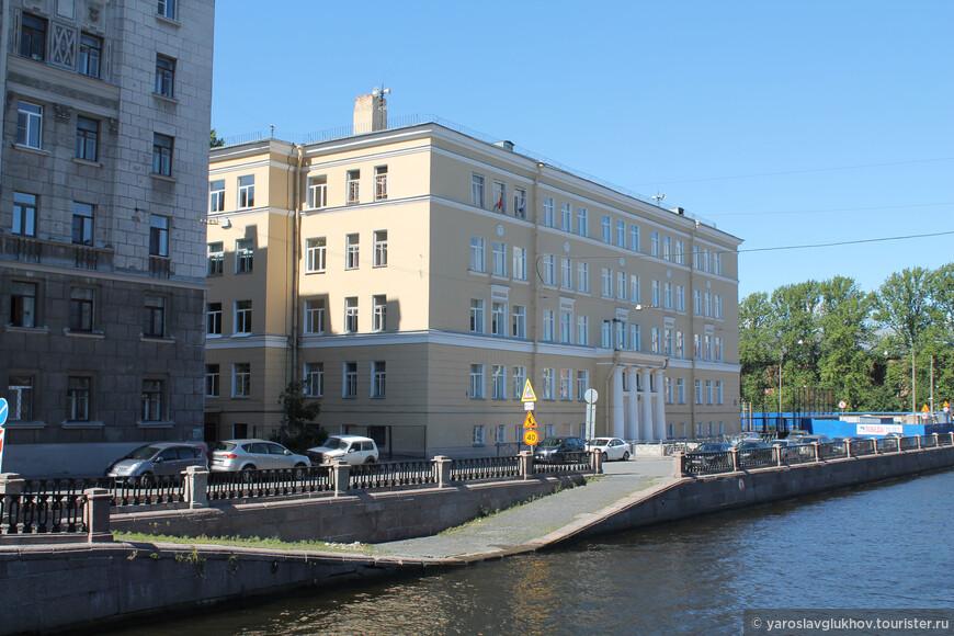 Необычный причал на Крюковом канале возле школы №259. Вид с моста Декабристов.