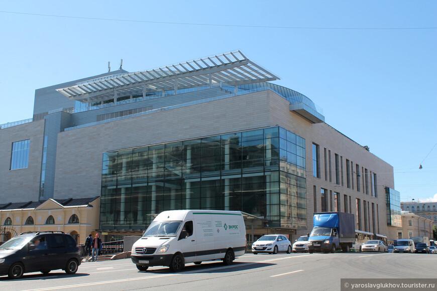 Мариинский-2 находится напротив старого здания театра.
