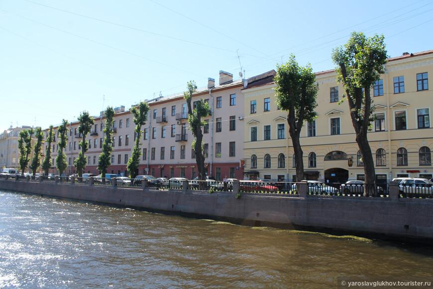 Длинное красноватое здание — доходный дом купца Брагина 1756 года постройки.