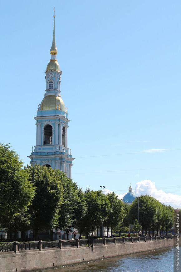 Колокольня Никольского морского собора и купол Троице-Измайловского собора.