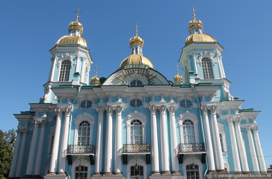 Никольский морской собор построен в стиле елизаветинского барокко.
