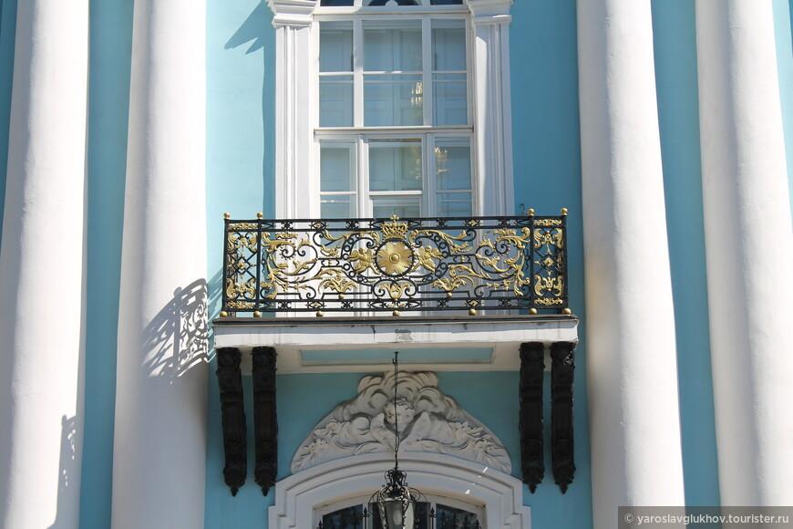 Резной балкончик собора.