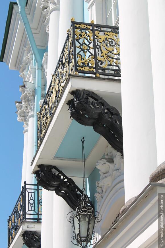 Очень красивый ажурный балкон Никольского морского собора.