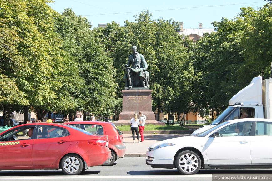 Памятник Н. А. Римскому-Корсакову напротив Мариинского театра на Театральной площади.