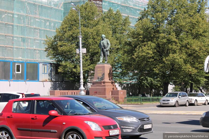 Памятник М. И. Глинке напротив Мариинского театра на Театральной площади.