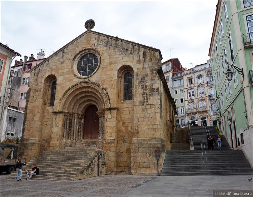 Фасад церкви Сантьягу на  площади Праса-ду-Комерсиу. Церковь освящена в честь святого апостола Иакова (Сантьягу). Предположительно церковь была построена в 12 веке  в ярко выраженном романском стиле.
