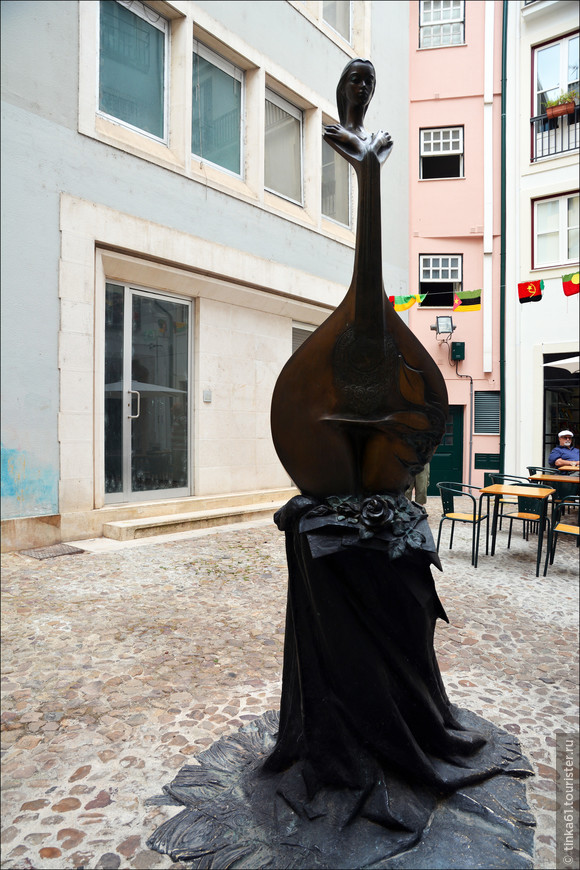 На улицах  Коимбры можно увидеть немало оригинальных скульптур и статуй.