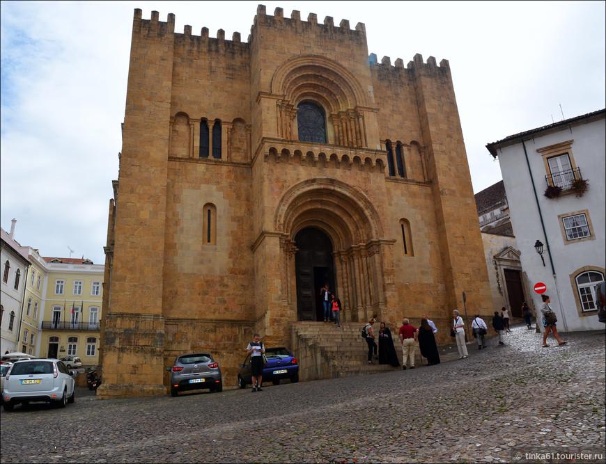 Старый Кафедральный собор Се Велья, ярчайший пример романского стиля в архитектуре римско-католических церквей Португалии. 12 век.