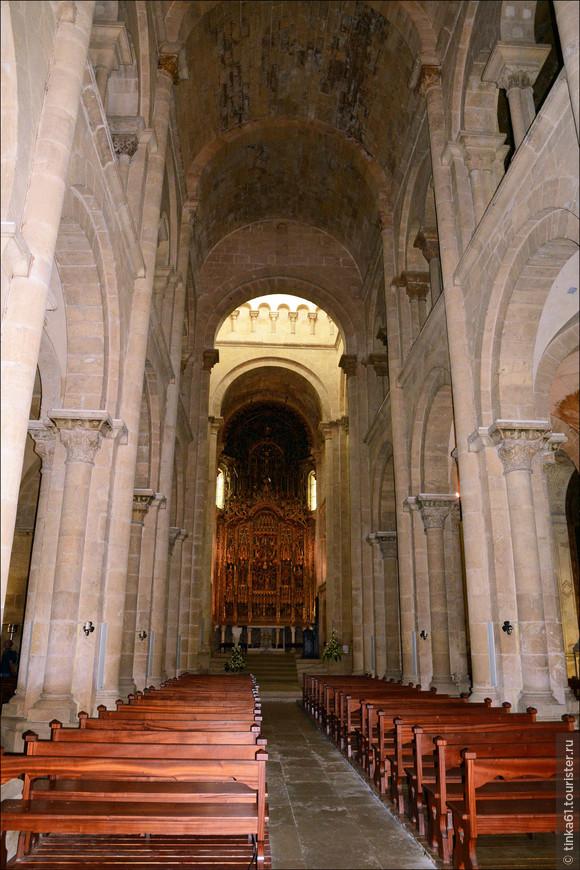Строгие интерьеры собора.