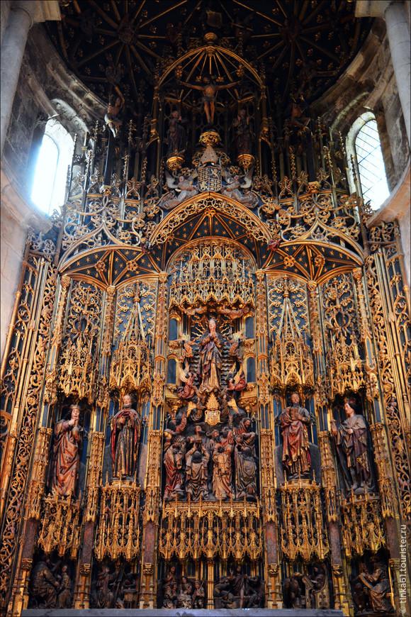 В старом соборе привлекает внимание главная капелла с алтарём из резного и раскрaшенного золотом дерева - талья дорада. Это сравнительно позднее произведение 1498-1508 годов, созданное фламандскими мастерами.