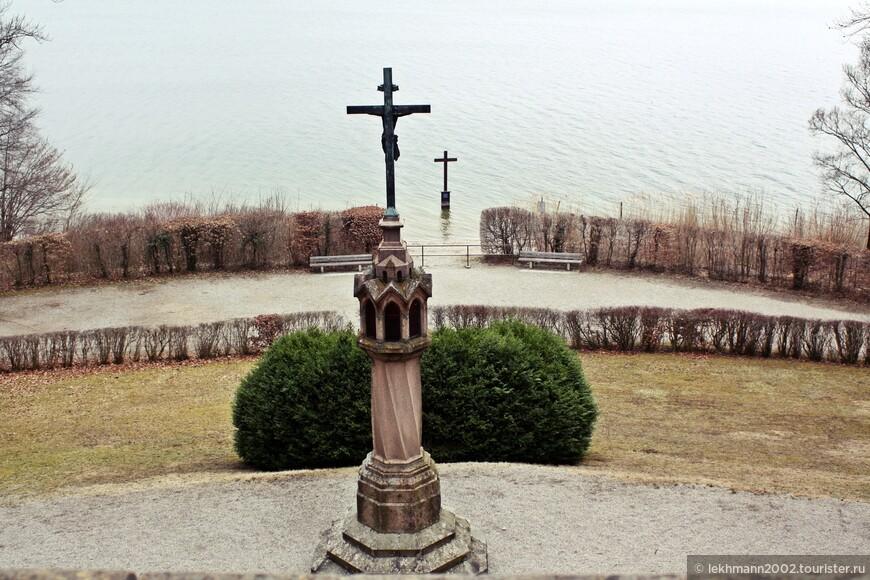 Почти сразу после гибели сына, мать, королева Мария, велела установить крест с фонарём, в котором зажигается поминальный  огонь, а прямо в воде, рядом с берегом, установлен ещё один -деревянный крест.
