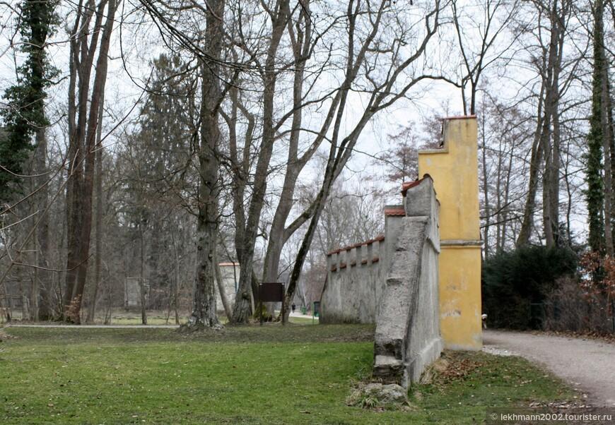 Замок можно осмотреть снаружи  и прогуляться по прилегающей территории и по берегу озера. Здесь сохранена часть стены и входные ворота на замковую территорию.