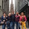 Гид по Нью-Йорку Ярослав Бондаренко с туристами на фоне церкви Святой Троицы. Пешеходная экскурсия по Нью-Йорку.