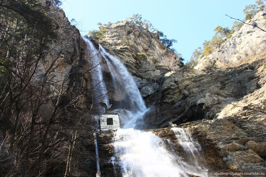 Проехав из Ялты на маршрутке по Бахчисарайскому шоссе мы сошли у водопада Учан-Су.