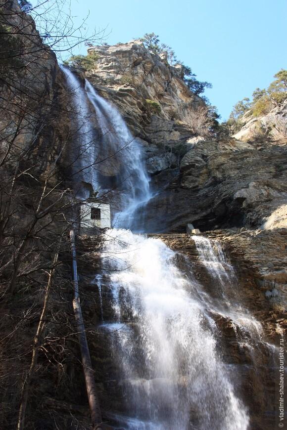 Это самый высокий водопад Крыма. Его высота - 98,5 метров.