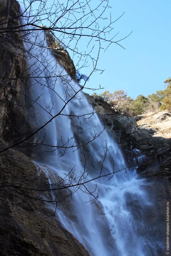 Название водопада в переводе с крымско-татарского языка означает «летящая вода»