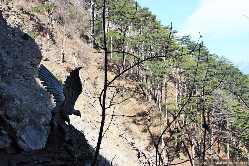При падении Учан-Су образует два каскада: на втором каскаде сооружено небольшое строение с водозабором и скульптурой орла на крыше.