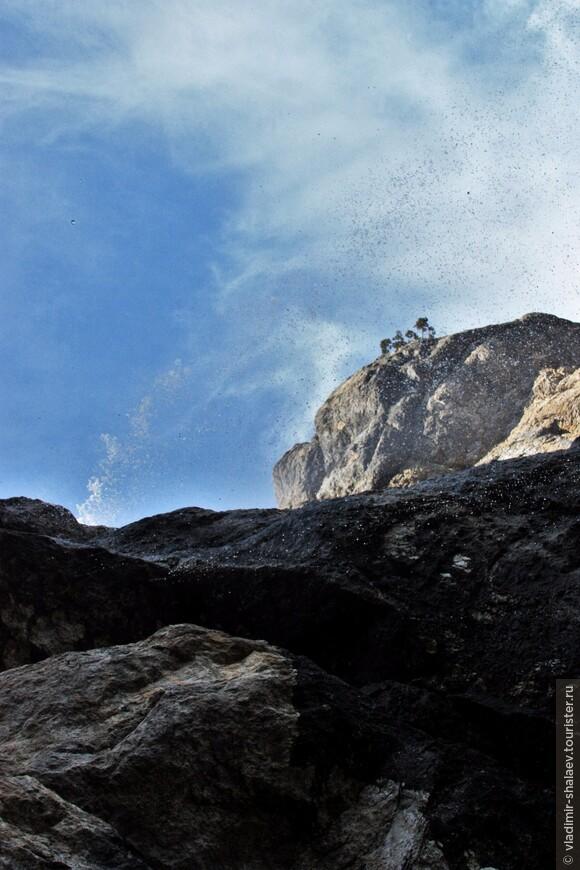 Скала Крестовая. Гора является отторженцем, отколовшимся от Главной гряды Крымских гор. На вершине есть смотровая площадка. На неё выходит ответвление Штангеевской тропы.