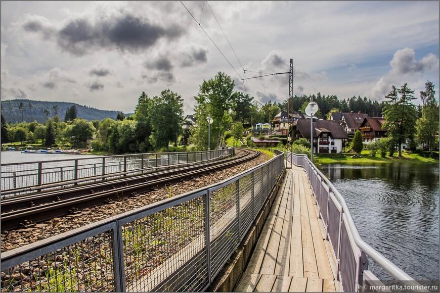 жд мост, он же по совместительству пешеходный. Мост соединяет две стороны небольшого залива оз. Шлухзее