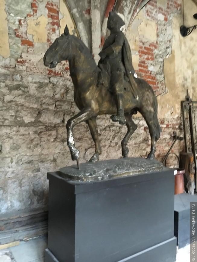 Памятник Петру 1...галерея Домского Собора.