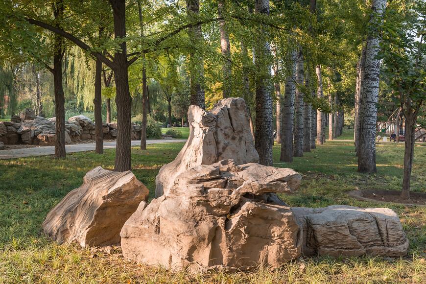 В парке очень много композиций из камня,красиво вписывающихся в пейзаж.