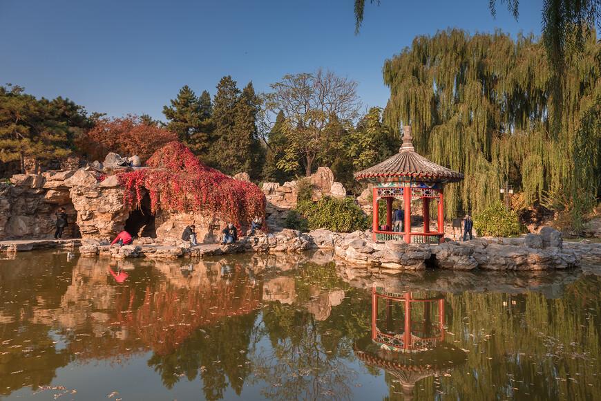По парку разбросаны красивейшие беседки и сооружения, выполненные в традиционном китайском стиле