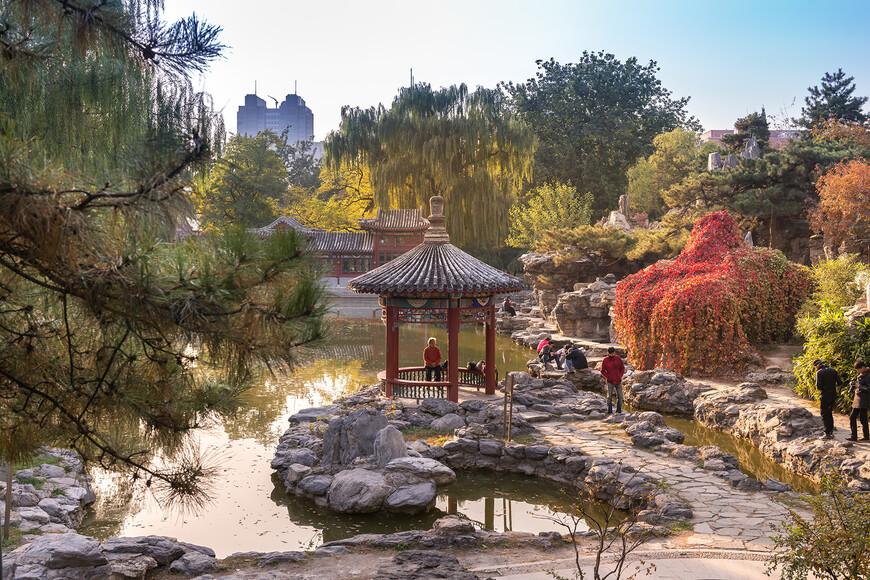 Озеро,с его красочными скалами,заросшими диким виноградом,собирает много фотографов.