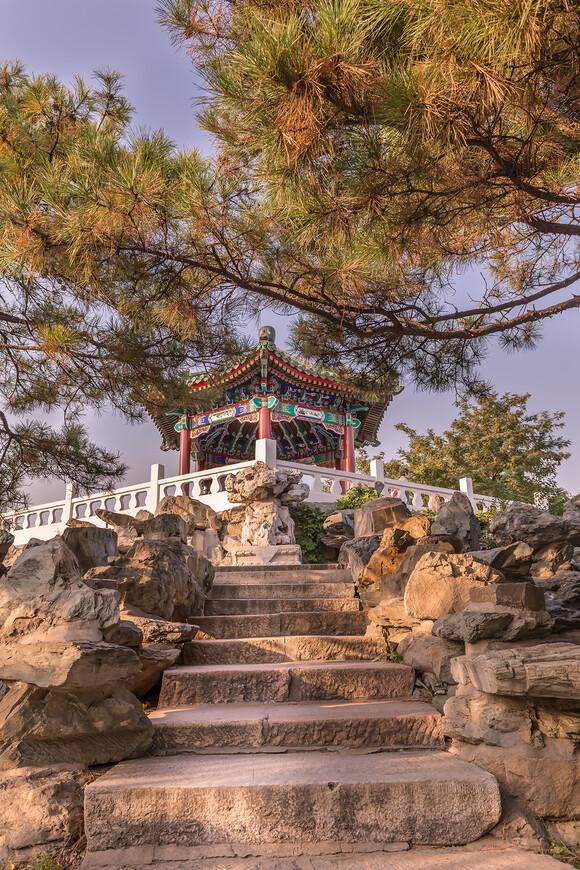 Алтарь,обнесённый стеной,образующий круг с четырьмя воротами,направленными по четырём сторонам света.Этот алтарь и есть Храм солнца.