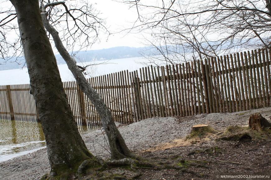 Территория замка Берг обнесена забором, и все мои попытки увидеть его хоть краешком глаза, оказались безуспешными.
