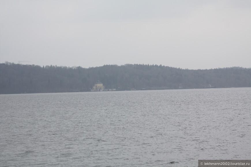 Я увидел на том берегу в туманной дымке лишь размытые очертания замка Берг.