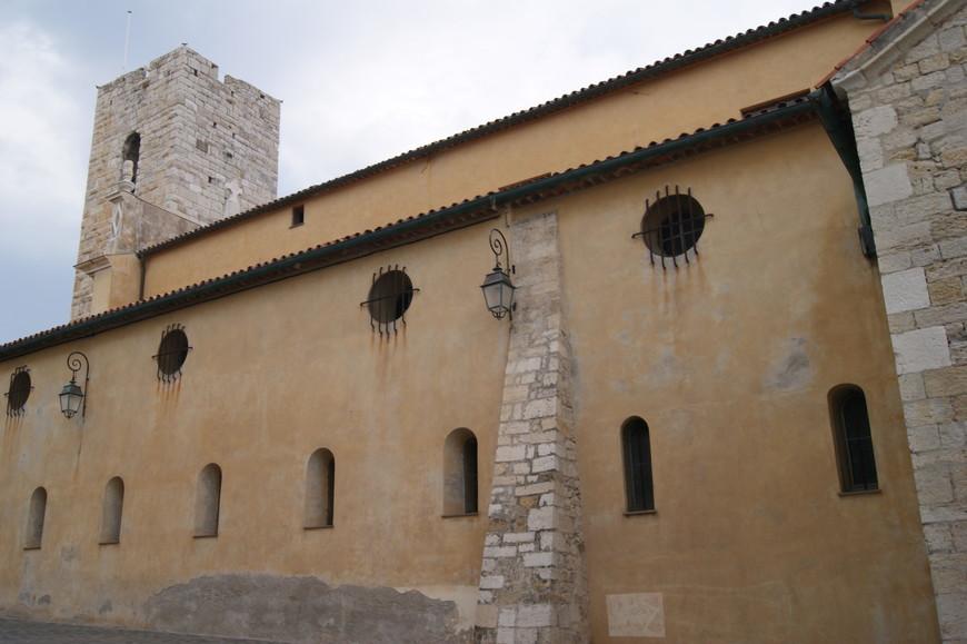 Антиб - фортификационный портовый город, о чем напоминают такие вот строения.