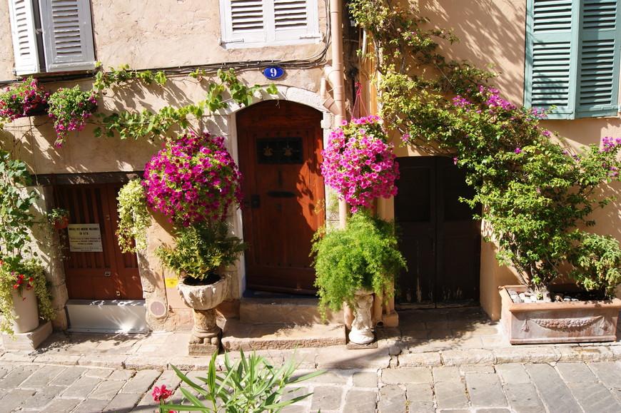 Для того, чтобы сфотографировать эту симпатичную дверь в цветах пришлось прилично подождать, пока одна француженка-аккуратистка надраивала порожек. Но я все-таки дождалась))