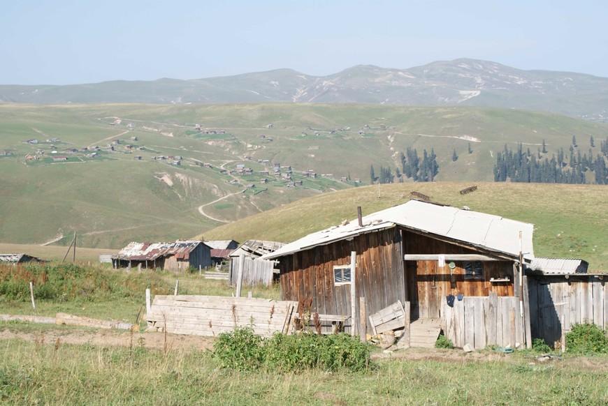 Летние хижины, куда местные поднимаются чтоб посить коров в альпийских зонах. Сезон открыватся в мае месяце заканчиваестся в начле сентября. Остальное время заснежено.